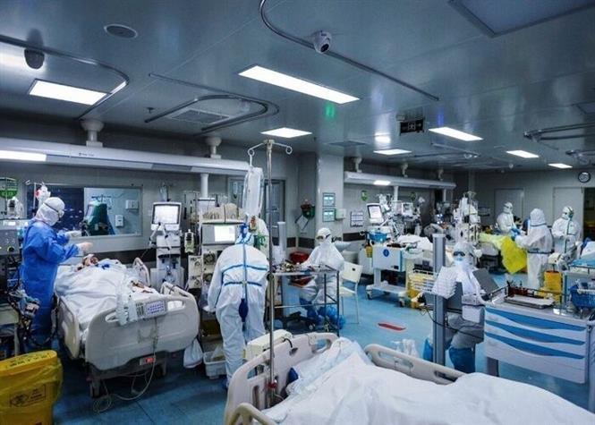 Điều trị cho bệnh nhân nhiễm COVID-19 tại bệnh viện ở Tehran, Iran. Ảnh: IRNA/TTXVN