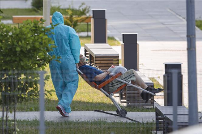 Nhân viên y tế chuyển bệnh nhân nhiễm COVID-19 tới bệnh viện ở ngoại ô Moskva, Nga, ngày 17-7-2021. Ảnh: THX/TTXVN