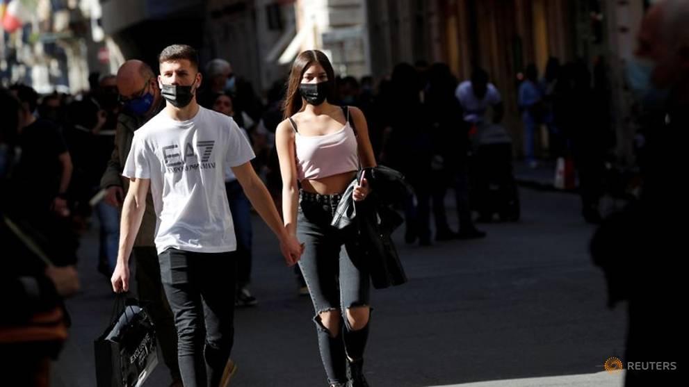 Người dân Italy đi bộ ở Rome. Ảnh: Reuters