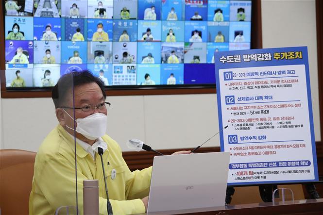 Thủ tướng Hàn Quốc Kim Boo-kyum tại cuộc họp trực tuyến về dịch bệnh COVID-19 ở Seoul. Ảnh: YONHAP/TTXVN
