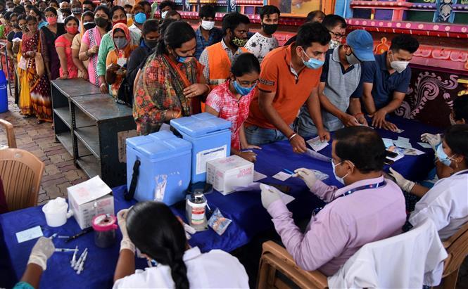 Người dân xếp hàng chờ tiêm vaccine phòng COVID-19 tại Hyderabad, Ấn Độ, ngày 26-6-2021. Ảnh: THX/ TTXVN