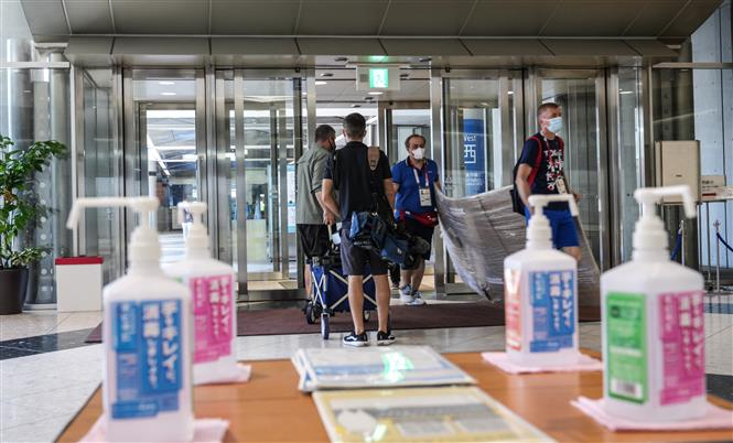 Các phóng viên làm việc tại trung tâm báo chí Olympic Tokyo 2020 ở Tokyo, Nhật Bản, ngày 18-7-2021. Ảnh: THX/TTXVN