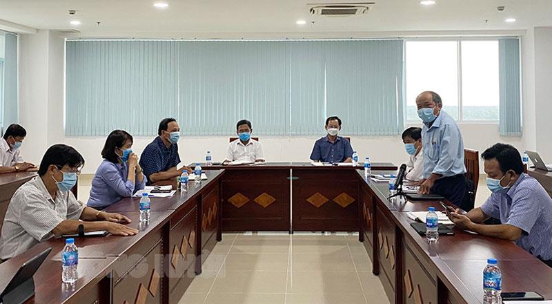 Đại biểu các sở ngành phát biểu tại cuộc họp.