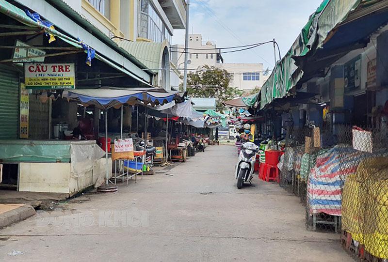 Một vài người đi chợ mua thực phẩm thực hiện các biện pháp phòng dịch.