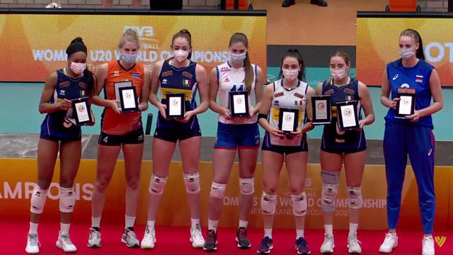 Akimova (ngoài cùng bên phải) nhận giải đối chuyền xuất sắc nhất