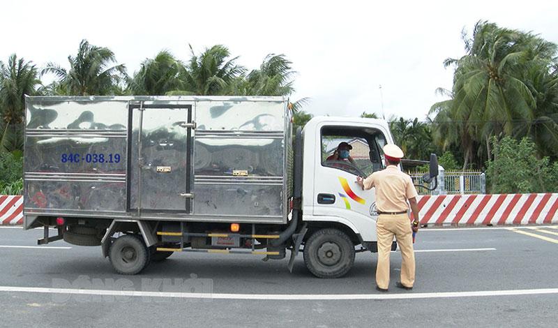 """Đơn vị vận tải phải đăng ký cấp Thẻ nhận diện phương tiện ưu tiên hoạt động trên """"luồng xanh"""". Ảnh: Trọng Ân"""
