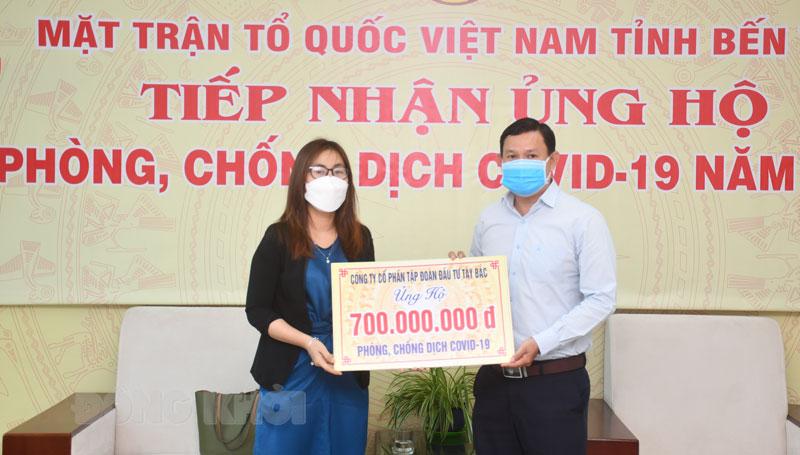 Quyền Chủ tịch Ủy ban MTTQ Việt Nam tỉnh Nguyễn Phúc Linh tiếp nhận nguồn hỗ trợ Quỹ phòng chống dịch Covid-19.