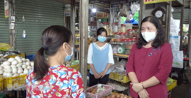Phó bí thư Thường trực Tỉnh ủy - Chủ tịch HĐND tỉnh Hồ Thị Hoàng Yến thăm hỏi tiểu thương ở chợ Chợ Lách.