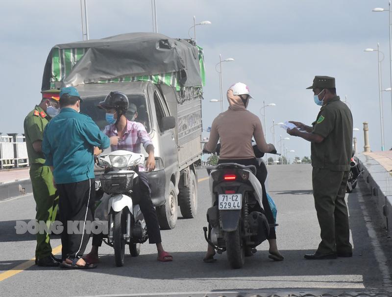 Lực lượng tại các chốt kiểm soát dịch trên địa bàn TP. Bến Tre. Ảnh: Hữu Hiệp