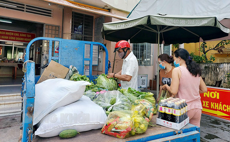 Tiếp nhận và phân phối thực phẩm cho khu vực phong tỏa ở Phường 5, TP. Bến Tre. Ảnh: CTV