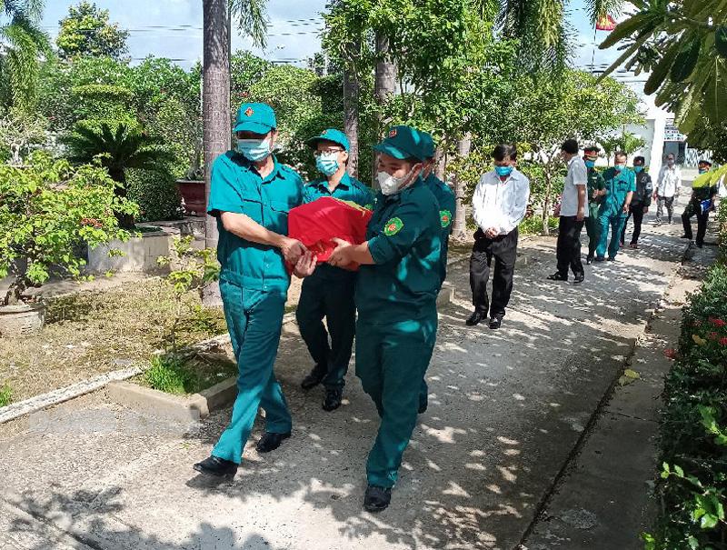 Di quan cải táng liệt sĩ Nguyễn Văn Hải về với đồng đội.