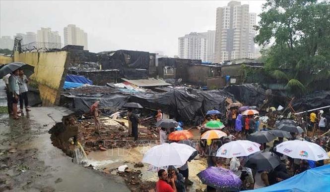 Hiện trường một vụ sập tường ở Mumbai, Ấn Độ. Ảnh tư liệu: Reuters/TTXVN