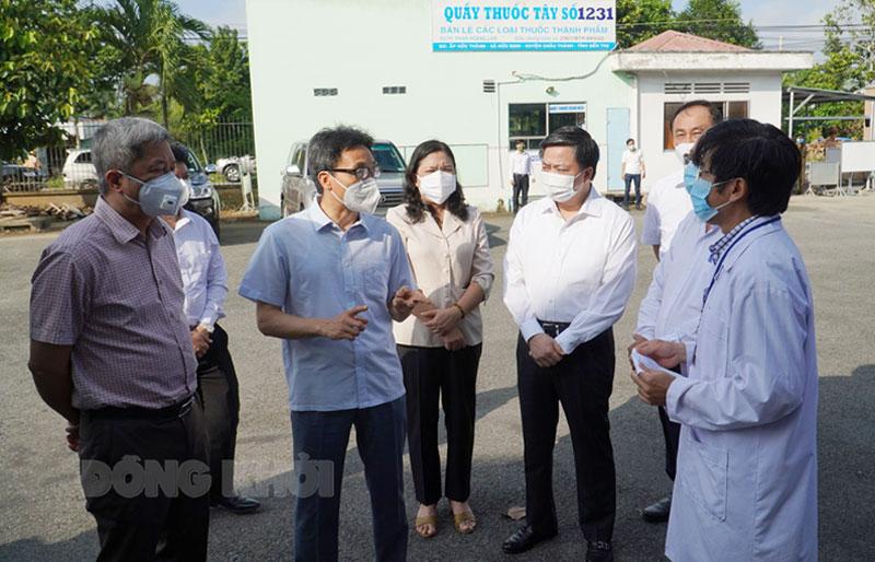 Phó thủ tướng Chính phủ Vũ Đức Đam kiểm tra tại Bệnh viện Lao và Bệnh phổi tỉnh.