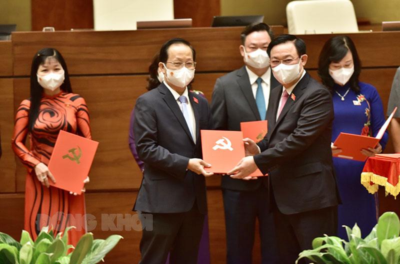 Chủ tịch Quốc hội Vương Đình Huệ trao quyết định phê chuẩn cho đồng chí Nguyễn Trúc Sơn.