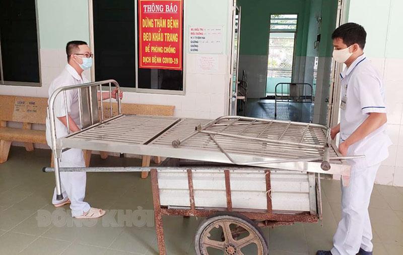 Chuẩn bị giường bệnh cho bệnh nhân Covid-19 tại Bệnh viện dã chiến số 2 (Bệnh viện Y học cổ truyền). Ảnh: CTV