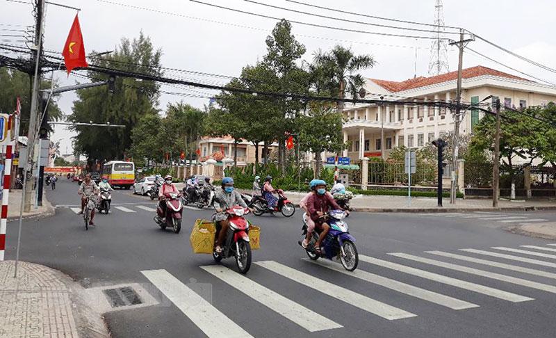 Người dân chấp hành nghiêm luật giao thông tại các chốt đèn tín hiệu giao thông.