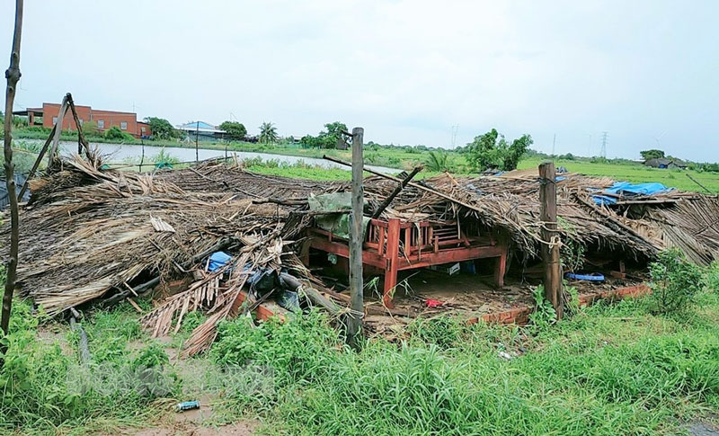 Một căn nhà bị sập hoàn toàn. Ảnh: Văn Minh.