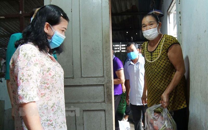 Phó bí thư Thường trực Huyện ủy Nguyễn Thị Thu Phượng thăm bếp ân xã Mỹ Thạnh. Ảnh: Huỳnh Lâm