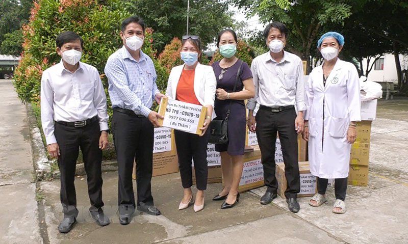 Lãnh đạo huyện Châu Thành và đại diện Trung tâm Y tế huyện tiếp nhận trang thiết bị vật tư y tế. Ảnh: Hoài Nhân