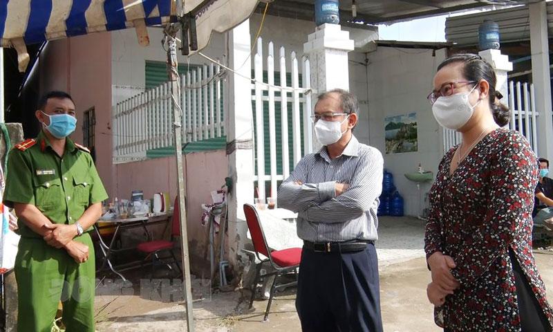 Phó chủ tịch HĐND tỉnh thăm điểm phong tỏa trên địa bàn xã Hưng Nhượng. Ảnh: Huỳnh Lâm