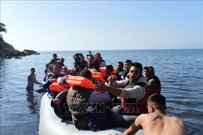 Người di cư trên vùng biển ngoài khơi tỉnh Canakkale (Thổ Nhĩ Kỳ) cố vượt biển Aegean để tới Hy Lạp. Ảnh tư liệu: AFP/TTXVN