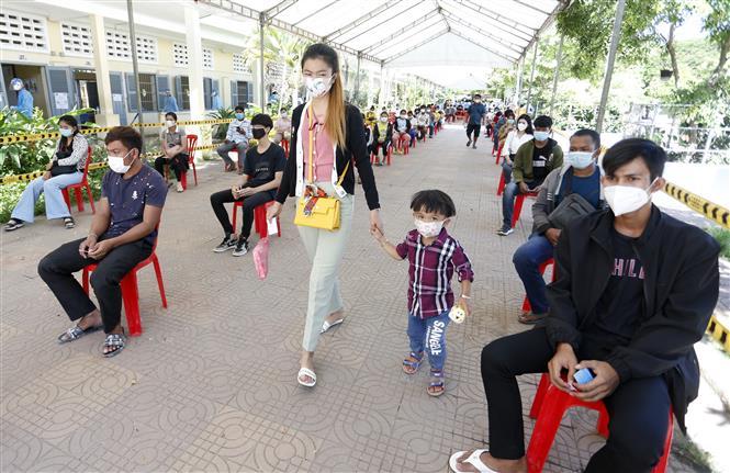 Người dân xếp hàng chờ tiêm vaccine ngừa COVID-19 tại Phnom Penh, Campuchia. Ảnh: THX/TTXVN