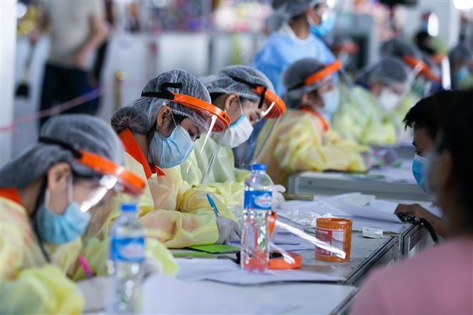 Người dân đăng ký tiêm vaccine phòng COVID-19 tại thủ đô Viêng Chăn, Lào ngày 17-6-2021. Ảnh: THX/TTXVN
