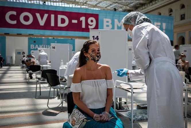 Nhân viên y tế tiêm vaccine ngừa COVID-19 cho người dân tại Moscow, Nga ngày 7-7-2021. Ảnh: AFP/TTXVN