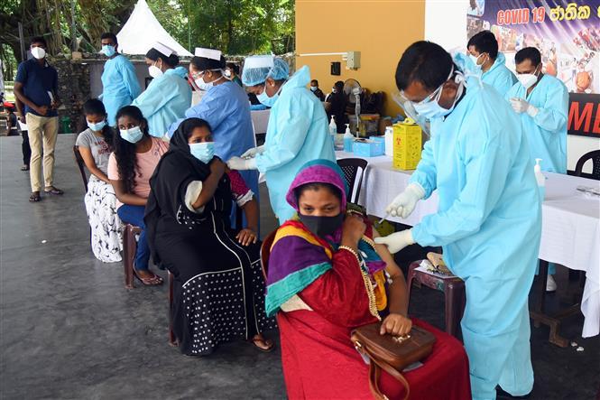 Tiêm vaccine ngừa COVID-19 cho người dân tại Colombo, Sri Lanka, ngày 23-7-2021. Ảnh: THX/TTXVN