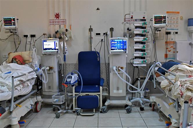 Điều trị cho bệnh nhân COVID-19 tại bệnh viện Farhat Hached ở thành phố Sousse, Tunisia ngày 21-7-2021. Ảnh: AFP/TTXVN