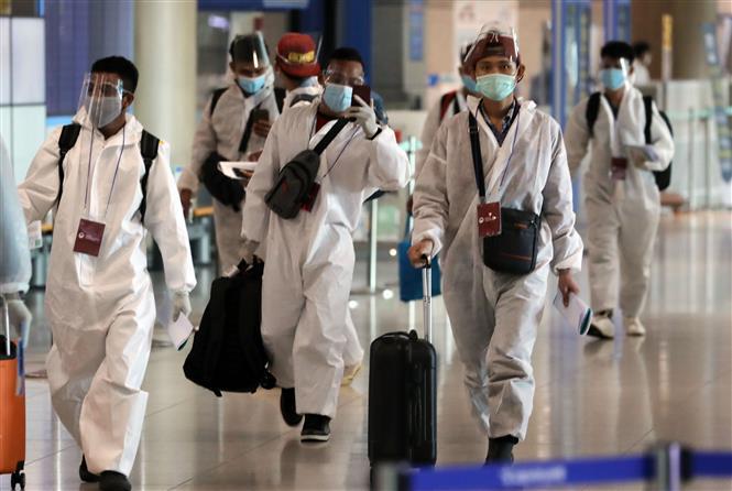 Du khách đeo khẩu trang và mặt nạ phòng dịch COVID -19 tại sân bay quốc tế Incheon, phía Tây Seoul, Hàn Quốc ngày 19-7-2021. Ảnh: YONHAP/TTXVN