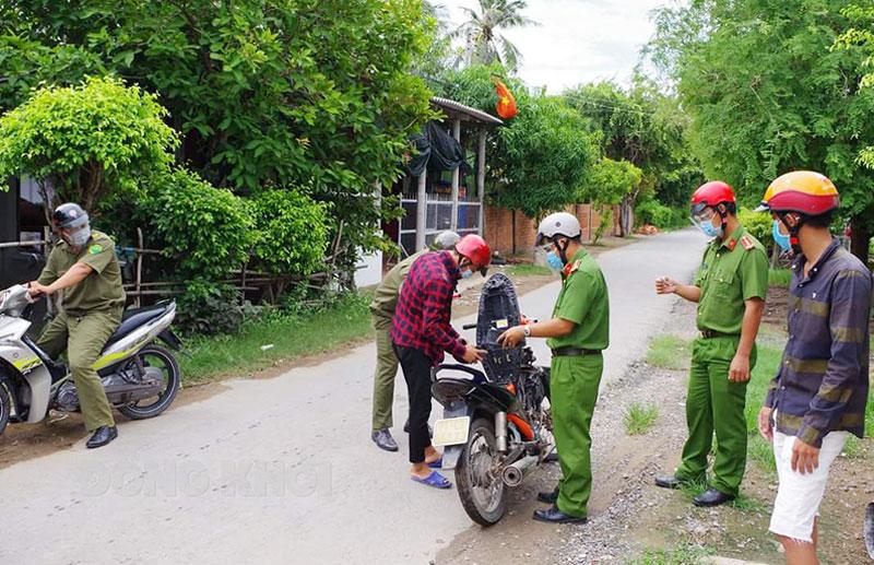 Công an huyện Thạnh Phú tuần tra, kiểm soát trên địa bàn. Ảnh: Nguyễn Đăng