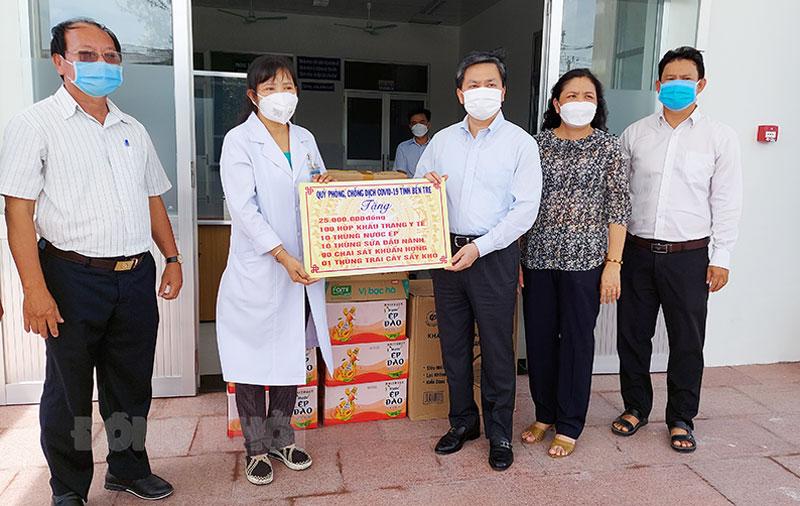 Ủy viên trung ương Đảng - Bí thư Tỉnh ủy Lê Đức Thọ tặng quà cho lực lượng tuyến đầu Bệnh viện dã chiến số 2.