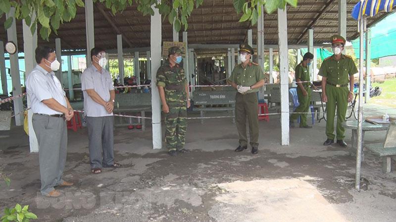 Giám đốc Công an tỉnh Đại tá Võ Hùng Minh thăm, động viên, tặng quà các lực lượng. Ảnh: Trần Xiện