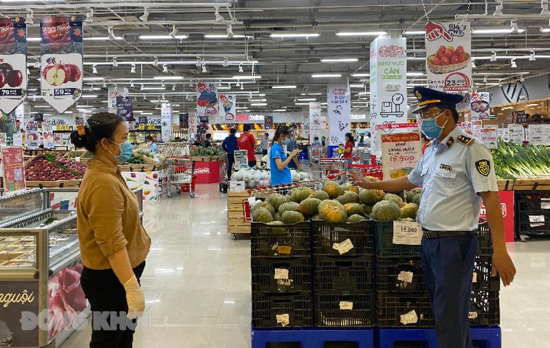 Lực lượng Quản lý thị trường tỉnh khảo sát tình hình cung ứng các mặt hàng thiết yếu tại siêu thị Go Bến Tre.