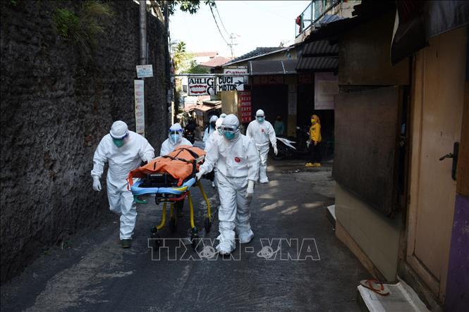 Chuyển thi thể bệnh nhân COVID-19 tại Bandung, Indonesia ngày 18-7-2021. Ảnh: AFP/TTXVN