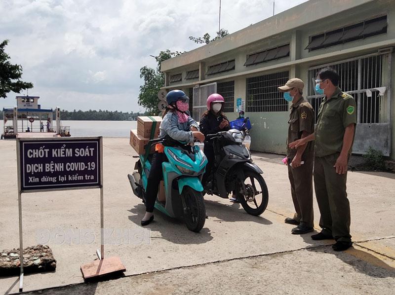 Lực lượng đang làm nhiệm vụ tại chốt kiểm soát dịch Covid-19 bến phà Hưng Phong.
