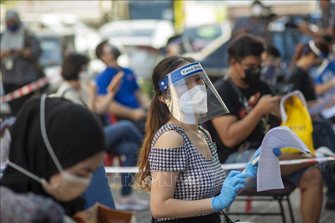 Người dân chờ được tiêm vaccine ngừa COVID-19 tại Kuala Lumpur, Malaysia. Ảnh: THX/TTXVN