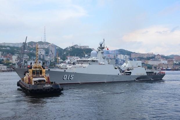 Tàu 015-Trần Hưng Đạo cập phao an toàn theo đội hình duyệt binh tại thành phố Vladivostok. (Nguồn: qdnd.vn)