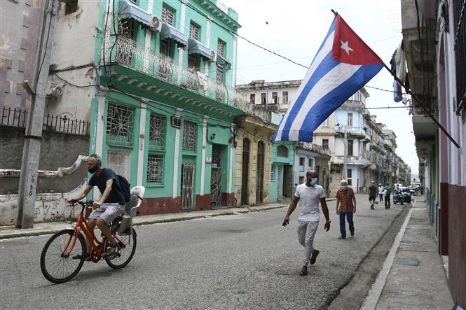 Người dân đeo khẩu trang phòng lây nhiễm COVID-19 tại La Habana, Cuba. Ảnh: THX/TTXVN