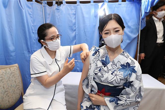 Tiêm vaccine ngừa COVID-19 tại Kobe, Nhật Bản. Ảnh: AFP/TTXVN