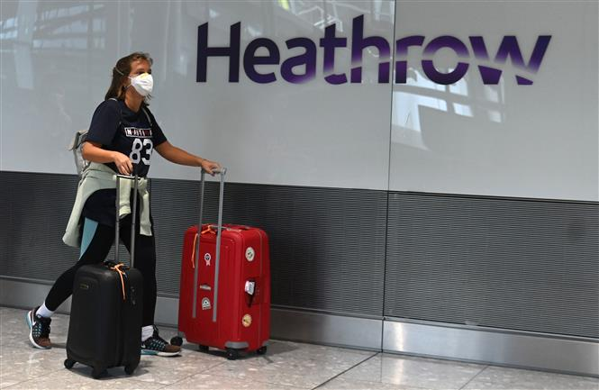 Hành khách tại sân bay Heathrow ở phía tây London, Anh. Ảnh: AFP/ TTXVN