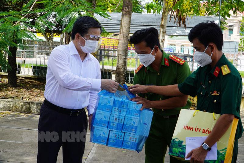 Ủy viên Trung ương Đảng - Bí thư Tỉnh ủy Lê Đức Thọ thăm, tằng quà lực lượng điểm cách ly tập trung Trường THCS Tân Thạch.