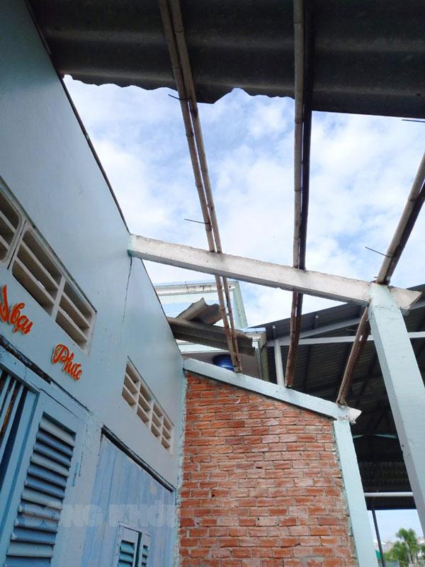 Giông lốc làm tốc mái nhà ở xã Bảo Thạnh, huyện Ba Tri. Ảnh: Khánh Hoan