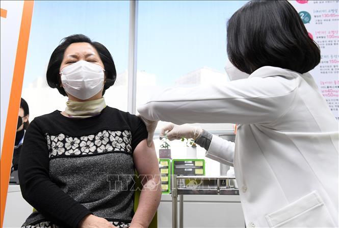Một người dân Hàn Quốc được tiêm vaccine phòng COVID-19. Ảnh: Mạnh Hùng/Pv TTXVN tại Hàn Quốc