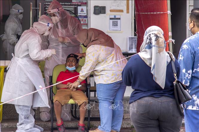 Nhân viên y tế lấy mẫu xét nghiệm COVID-19 tại Shah Alam, Malaysia. Ảnh minh họa: THX/TTXVN