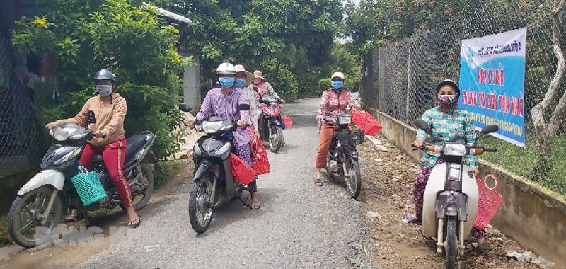 Tổ đi chợ chuyển hàng nông sản hỗ trợ cho huyện.