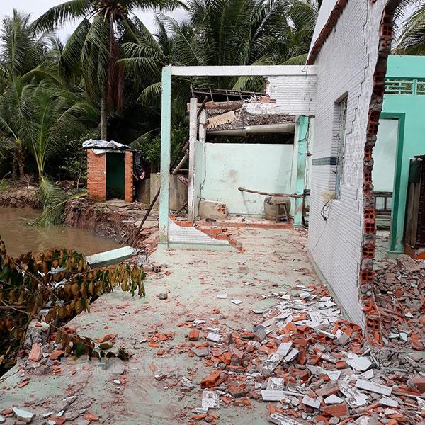 Sạt lở và gió mạnh làm thiệt hại nhà của hộ dân ở Mỏ Cày Bắc. Ảnh: CTV