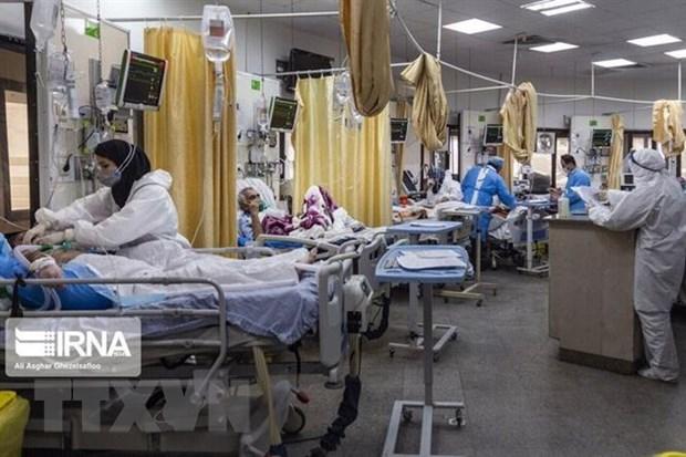 Điều trị cho bệnh nhân nhiễm COVID-19 tại Tehran, Iran. (Ảnh: IRNA/TTXVN)