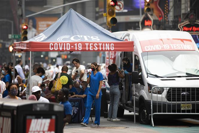 Nhân viên y tế làm việc tại một điểm xét nghiệm COVID-19 ở New York, Mỹ, ngày 20-7-2021. Ảnh: THX/ TTXVN